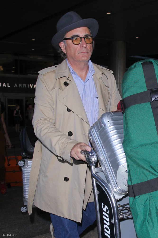 ...aki jól öltözött nagypapának néz már ki.