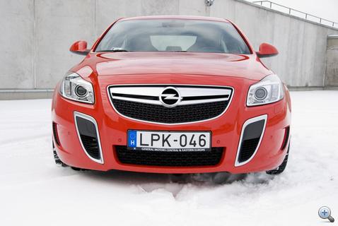 Tigrisfogként aposztrofálja az Opel, maradjunk inkább a levegőbeömlőknél, az nem égő.