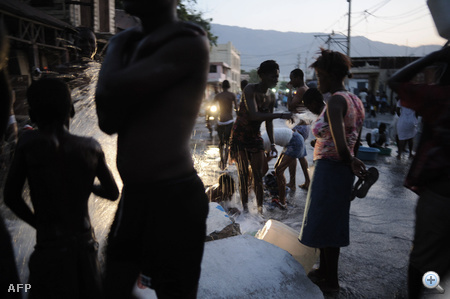 Vízhiány van a fővárosban, a csőtörések nyomán feltörő vízben fürdik az utca