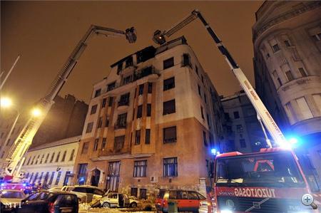 A lakás erkélyéről egy nőt emelőkosárral menekítettek le, ő füstmérgezést kapott, miként két másik lakó is. A sérülteken kívül még három embert menekítettek ki az épületből a tűzoltók.