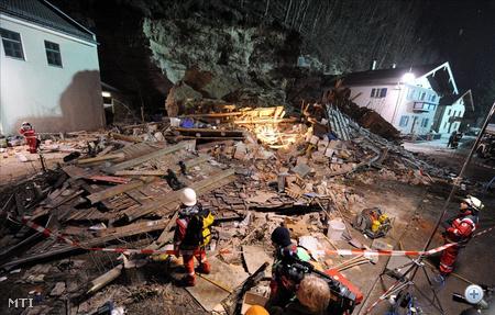 Mentőalakulatok tagjai dolgoznak egy lakóház romjai között azt követően, hogy az épületre egy hatalmas szikladarab zuhant a felső-bajorországi Traunban 2010. január 25-én. Az otthon tartózkodó családapa, valamint 18 éves lánya életét vesztette, a férfi feleségét és 16 éves fiát élve sikerült kimenteni a romok közül.