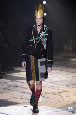Vivienne Westwood sapka helyett koronát, nadrág helyett takarót ajánl a következő télre. Reméljük, nem lesz olyan hideg, mint idén