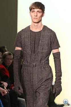 Az Yves Saint-Laurent modellje arckifejezés alapján mintha a karriermódosítást fontolgatná. Nem csodálkoznánk.