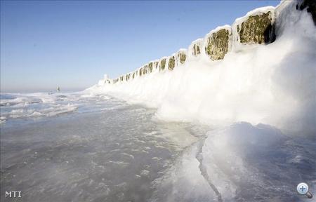 Jég borítja a hullámtörő gátat a Balti-tenger partján fekvő Miedzyzdroje városában 2010. január 26-án, amikor a nappali hőmérséklet északon -13, délen -8 Celsius-fok Lengyelországban.