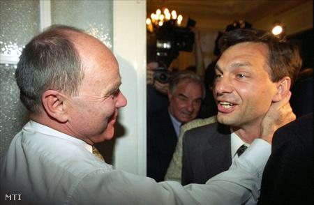 Viktor és Kristóf Attila, a Magyar Nemzet szerkesztőbizottságának elnöke a választások estéjén a Fidesz székházában