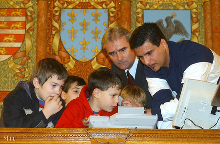 Szociálisan hátrányos helyzetű gyermekek és Mesterházy Attila a GYISM államtitkára az Országházban
