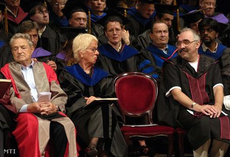 Soros, Bokros Lajos és Carla Del Ponte, a Nemzetközi Törvényszék (NT) főügyésze a CEU 16. diplomaosztó tanévzáró ünnepségén a Vígszínházban,