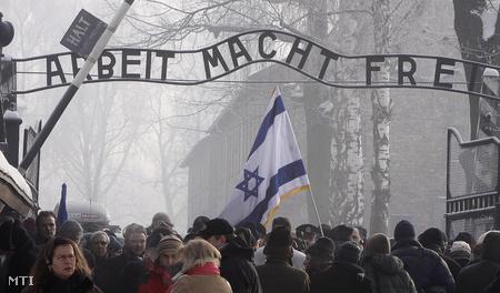 Lengyelország, Oswiecim - emlékező tömeg az auschwitzi láger bejáratánál (Fotó: Czarek Sokolowski)