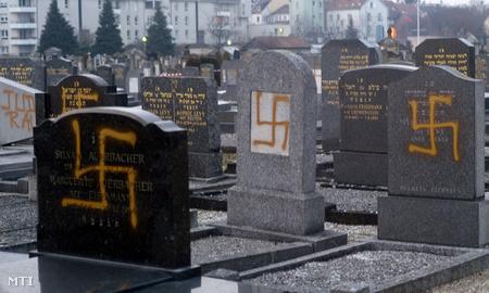 Évfordulóra időzített gyűlölet: meggyalázott sírok a legnagyobb strasbourgi zsidó temetőben 2010. január 27-én (Fotó: Christian Lutz)
