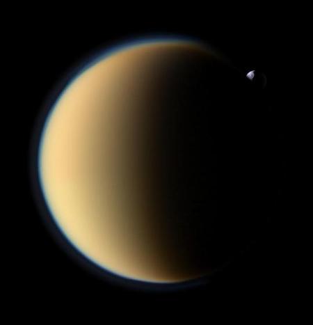 A Tethys éppen a Titan mögé bújik. A holdon jól látható felszínének meghatározó alakzata, az Odysseus-kráter.