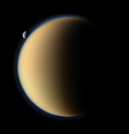 18 perc elteltével a Tethys a másik oldalon bukkan elő.