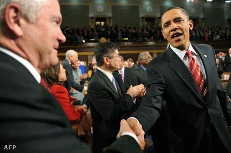 Obama üdvözli védelmi miniszterét, Robert Gates-t (Fotó:Tim Sloan)