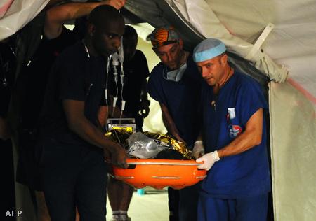 A francia mentőcsapat a megmentett lánnyal (Fotó: Jean-Philippe Ksiazek)