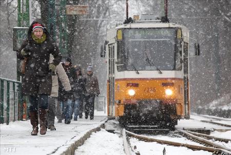 Sűrű hóesés a 61-es villamos megállójában a Szilágyi Erzsébet fasoron (Fotó: Mohai Balázs)