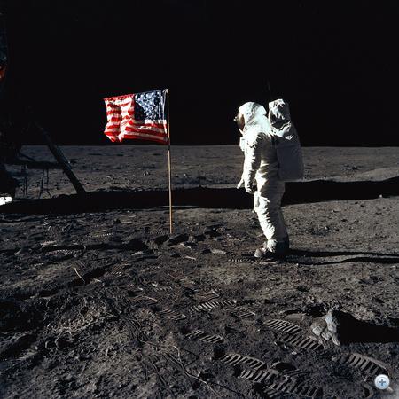 Aldrin az amerikai zászlónak tiszteleg.