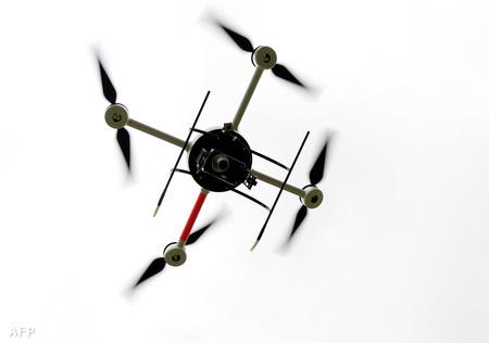 """Egy francia rendőrségi drón prototípusa, a """"Quadri France"""" a Taser France-tól egy 2008-as bemutató repülésen - a gép kamerával és elektromos sokkolóval is fel van szerelve (Fotó: Alain Julien)"""
