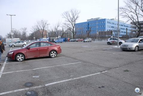 Hátul a Spuri Suli képez parkolóakrobatákat