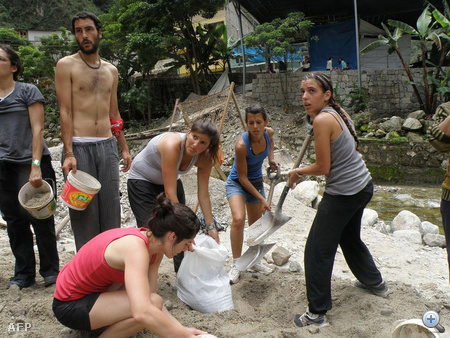 Néhol turisták is segítik az árvíz elleni védekezést