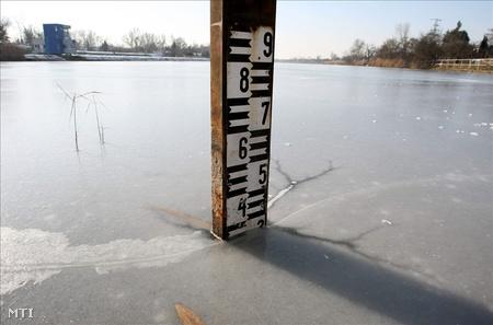 Jégbe fagyott vízmérce Szolnokon, az Alcsi Holt-Tisza evezőspálya felőli szakaszán. (Fotó: Bugány János)