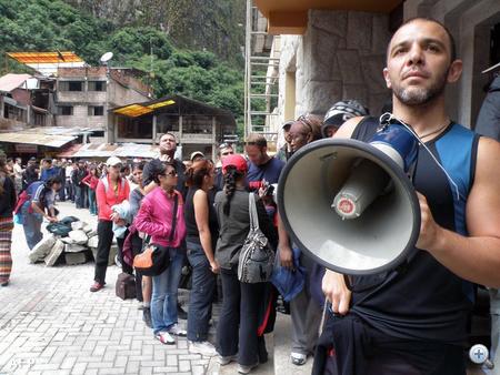 Így a Machu Picchu lábánál lévő Aguas Calientes faluban rekedt 2000 emberből (akik amiatt várakoztak itt már vasárnap óta, mert a közeli Cuzcóból ide vezető magas hegyi vasútvonalat sziklaomlások rongálták meg és zárták el) már több mint 1600 embert menekítettek ki.