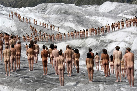 A Greenpeace és Spencer Tunick fotókampánya a globális felmelegedés problémáira hívta fel a figyelmet az olvadó Aletsch gleccseren, Svájcban