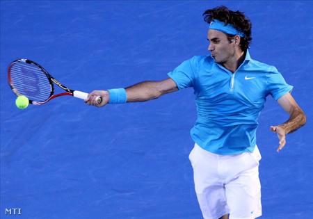 Az 1. helyen rangsorolt svájci Roger Federer visszaüti a 10. helyen kiemelt francia Jo-Wilfried Tsonga labdáját Melbourne-ben 2010. január 29-én, az ausztrál nemzetközi teniszbajnokság férfi egyesének elődöntőjében vívott mérkőzésén. (Fotó: Mast Irham)