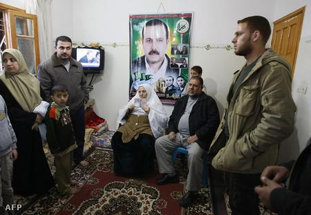 Rokonok és anyja gyászolja a Hamász katonai szárnyának egyik alapítóját, a fali poszteren látható Mahmúd al-Mabhúhot
