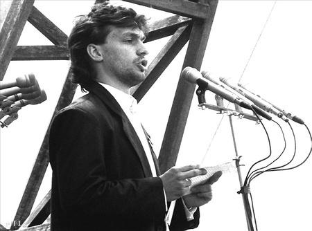 1989. június 16. Orbán Viktor a magyar ifjúság nevében beszél Nagy Imre és mártírtársai temetésén, a Műcsarnok előtti ravatalnál