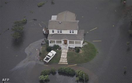 Amerika olajfinomító kapacitásának ötöde megbénult, 4,5 millió ember maradt áram nélkül amikor az Ike hurrikán 175 kilométeres sebességgel lecsapott