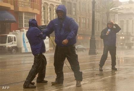Amerikai tv-állomás munkatársai New Orleansban, a Gusztáv hurrikán szelében.