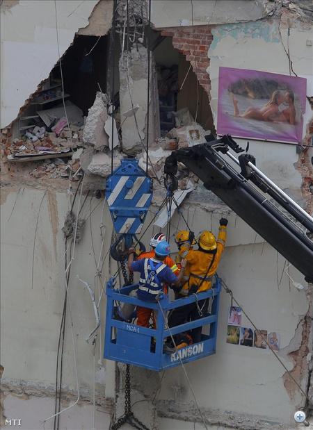 """""""Először csak kisebb darabok szóródtak le a falból, egy nő megpróbált kimászni az egyik ablakon. Néhány másodperccel később az épület dominóként dőlt le"""" - mondta el az egyik járókelő egy helyi tévének."""