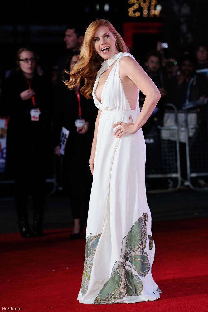 A ruha Valentino, a szájtartás úgy látszik gyárilag beragadt.