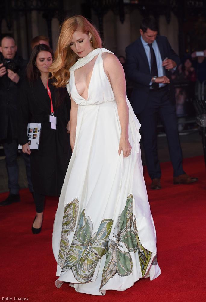 A londoni filmfesztivál vörös szőnyegén azonban most tényleg látványosan sokat mutatott meg magából.