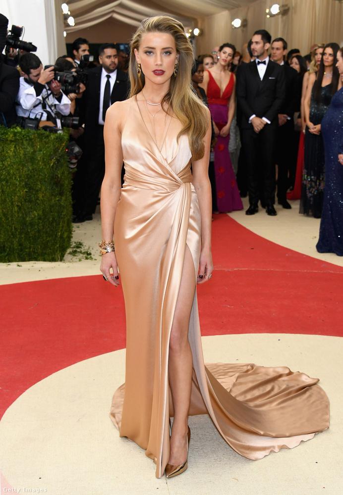 Johnny Depp frissen exe Amber Heard így tud pózolni erős sminkben, és estélyiben.