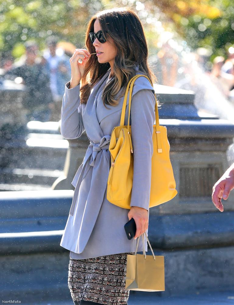 Mutatjuk oldalról is.Kate Beckinsale egyébként 43 éves