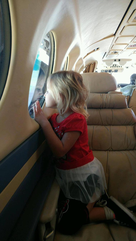 Rebecca Lewis a repülőn, ami hazavitte családjához