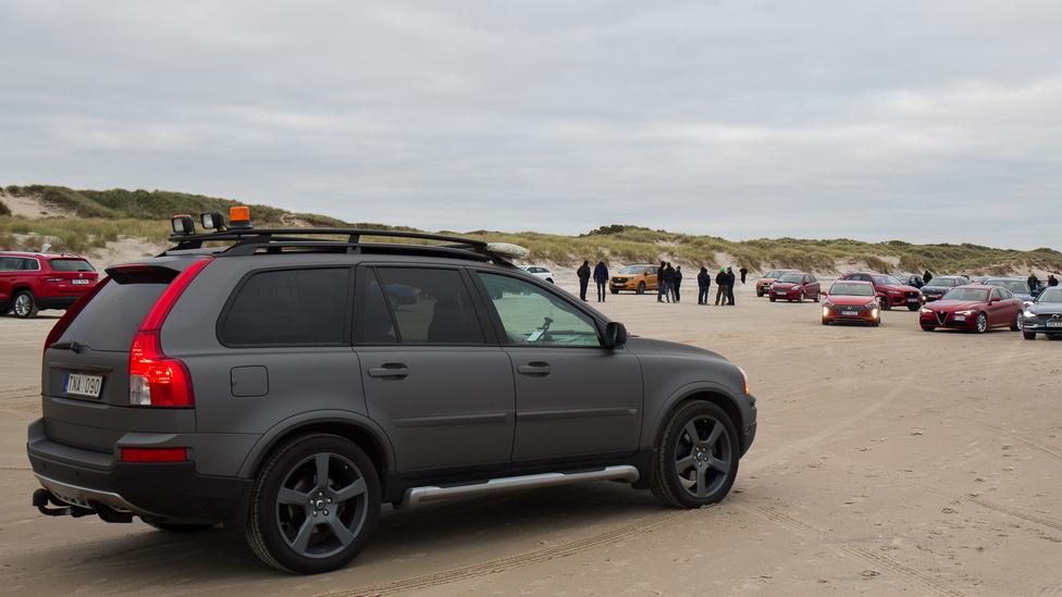 Mivel a Tannis melletti tengerpart már többször bizonyította, hogy egészen komoly SUV-ok is el tudnak akadni, hívtak egy mentőjárművet is a hülyéknek.