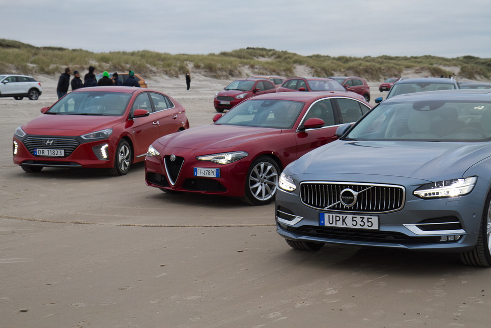 Ők még a sorukra várnak, az autók egy előre megrajzolt terv alapján állnak be a helyükre.
