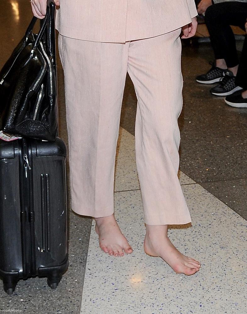 Nem viccelünk, de ő sem, tényleg nincs rajta cipő,