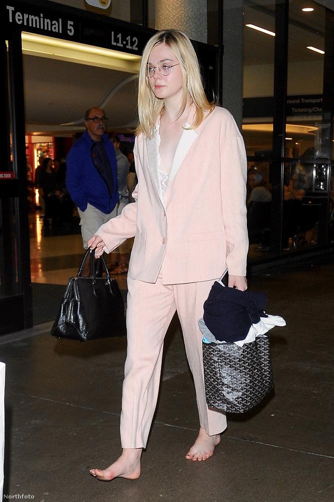 A 18 éves színésznő a Los Angeles-i reptéren sétált így végig, és tökre nem érdekelték a körülmények.