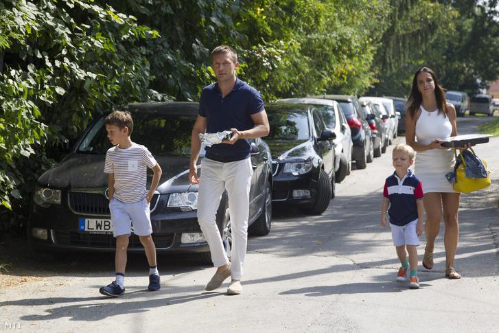 A Rogán-család érkezik a Polgári Magyarországért Alapítvány rendezvényére a Polgári Piknikre a kötcsei Dobozy kúriánál.