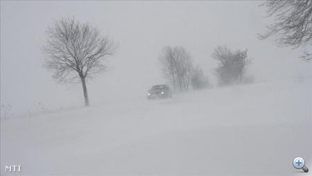 Személyautó halad a sűrű hófúvásban a 37-es számú főúton a Borsod megyei Gesztely közelében