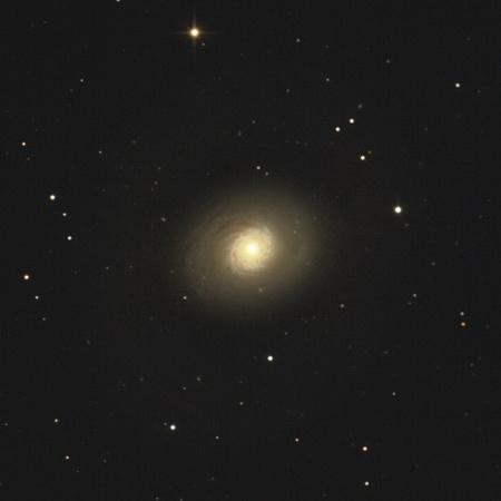 A galaxis amatőr műszerekkel is elérhető. Cserna Antal fotója 25 centiméteres Newton-távcsővel, átalakított Canon EOS350D fényképezőgéppel készült, mintegy 2,5 órányi expozíciós idővel