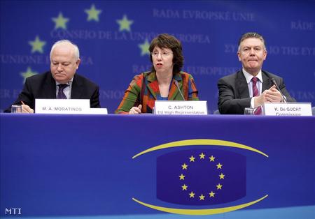 Brüsszel, 2010. január 18: Catherine Ashton, Miguel Angel Moratinos (b) és Karel de Gucht (j) sajtótájékoztatót tart, miután a tagállamok képviselői és az Európai Bizottság összesen 122 millió eurós humanitárius gyorssegélyt ajánlottak fel a földrengés sújtotta Haitinak (Fotó: Olivier Hoslet)