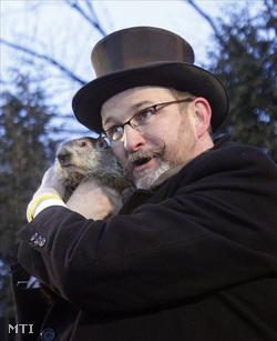 Punxsutawney Philt, a pennsylvaniai kisváros időjós mormotáját Ben Hughes, a helyi mormotaklub tagja fogja