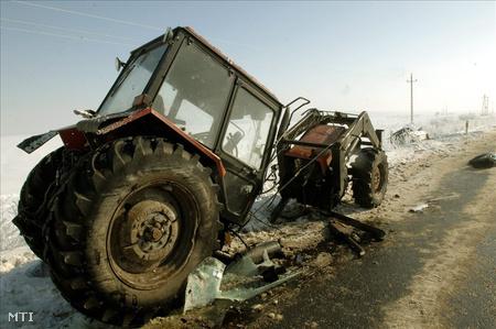 Összetört traktor Vámosgyörk határában