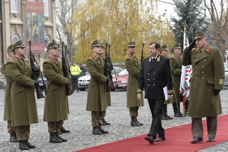 Vlagyimir Nyikolajevics Szergejevet Oroszország új budapesti nagykövetét katonai tiszteletadással fogadják a Sándor-palota elõtti Szent György téren 2014. november 24-én. A diplomata ezen a napon adta át megbízólevelét Áder János köztársasági elnöknek.