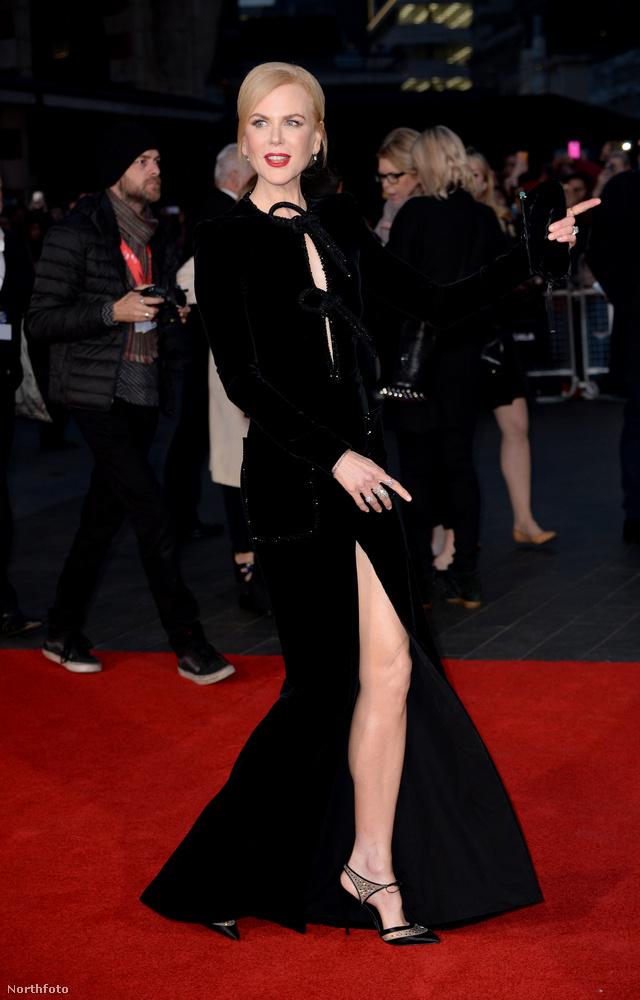hogy jó esetben csak ennyi látszott volna a színésznő (amúgy remek) lábaiból.