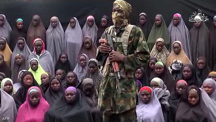 2016. augusztus 14: képkocka egy Boko Haram által kiadott videóból, amin állítólag a chiboki kollégiumból elrabolt lányok egy csoportja látható.