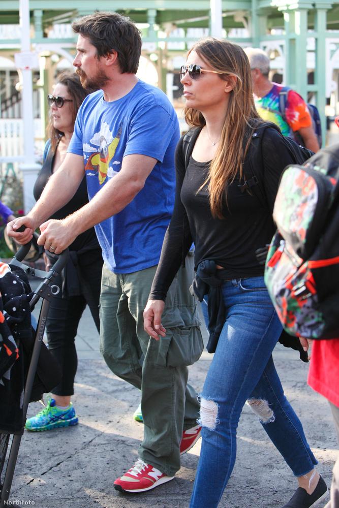 Christian Bale így néz ki akkor, amikor családi programozik Disney Landben feleségével, Sibi Blazickal és lányával, Emmeline-nel.
